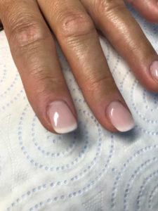 wyprofilowany paznokieć z lakierem hybrydowym