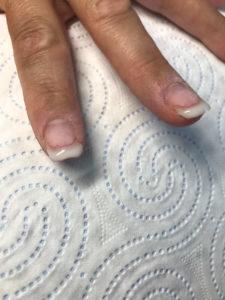 paznokieć z lakierem hybrydowym przed wyrównaniem