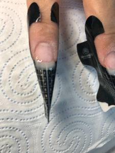 przedłużanie paznokci lakierem hybrydowym na szablonie