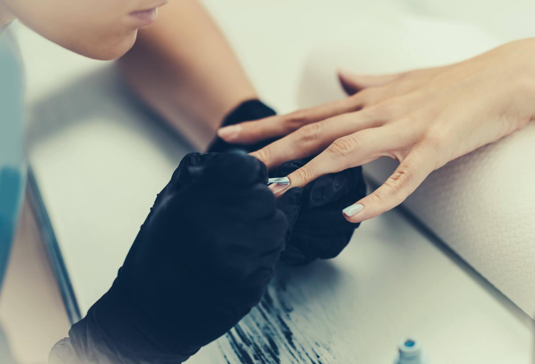 przedłużanie paznokci lakierem hybrydowym